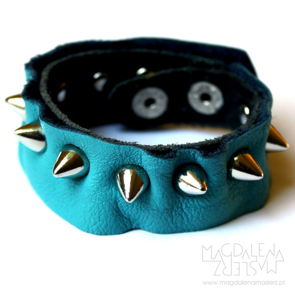 niebieska bransoleta z ćwiekami