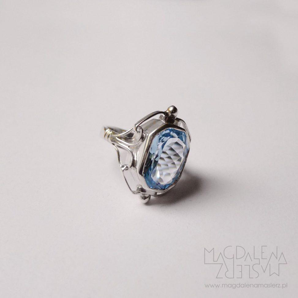 pierścionek z niebieskim topazem