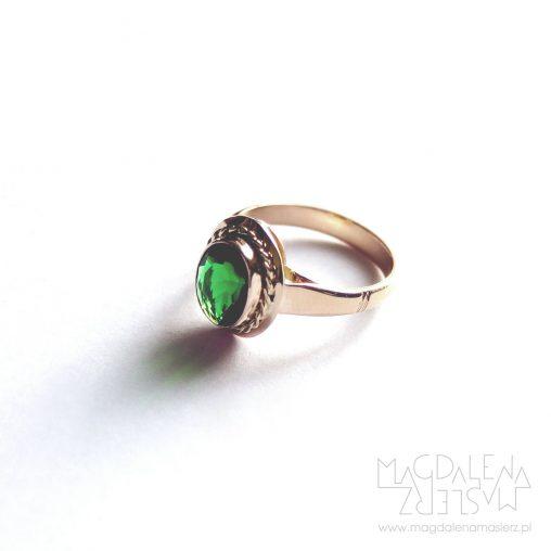 pierścionek leży na boku