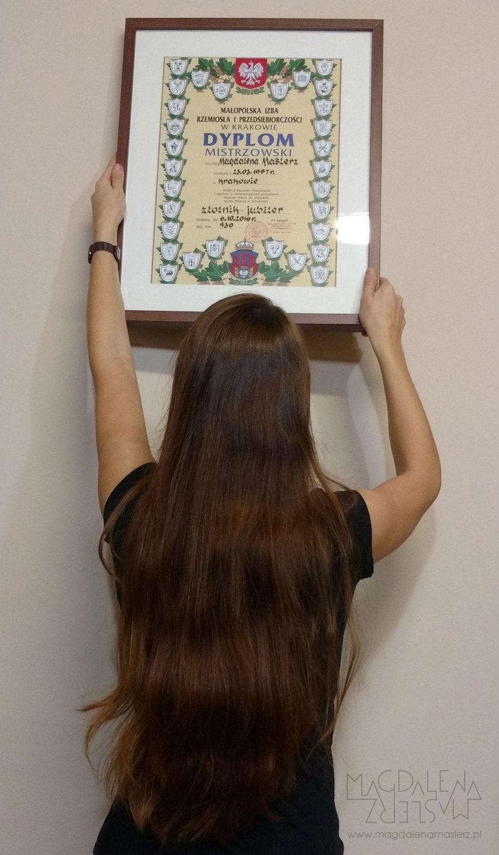 magda wiesza na ścianie nowy dyplom