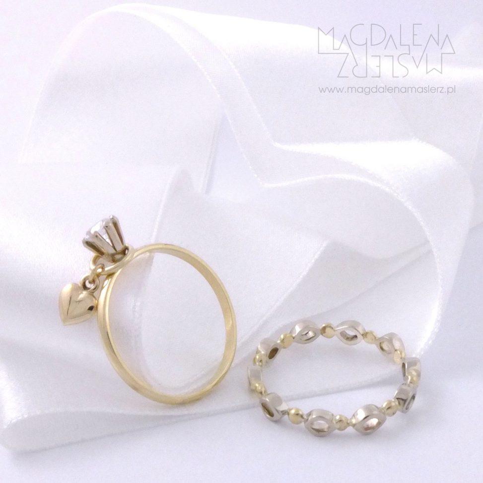 dwa pierścionki leżące na wstążce